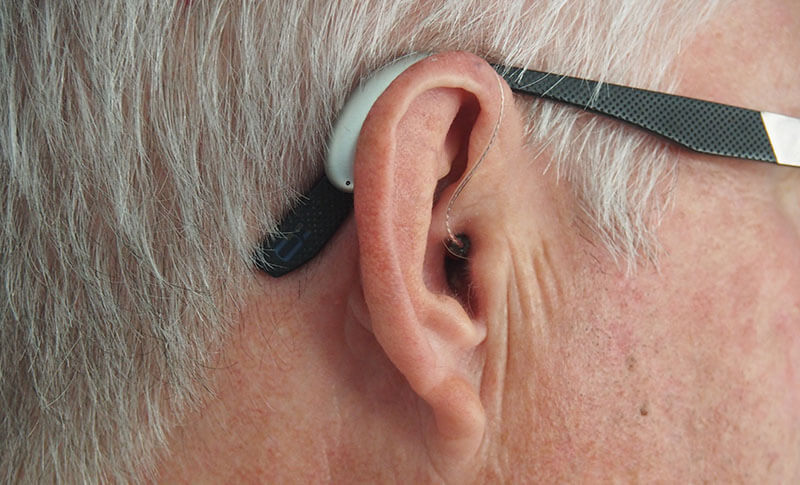 Who do you think is more likely to report trouble hearing without a hearing aid?